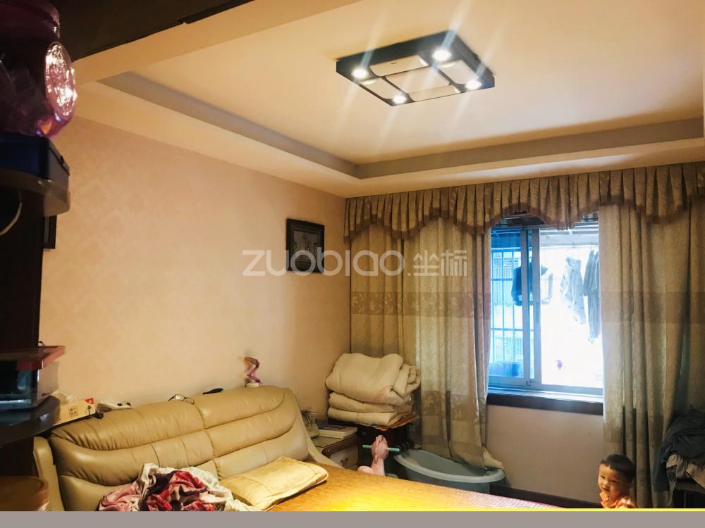 宾王拉链街 3室2厅 240万