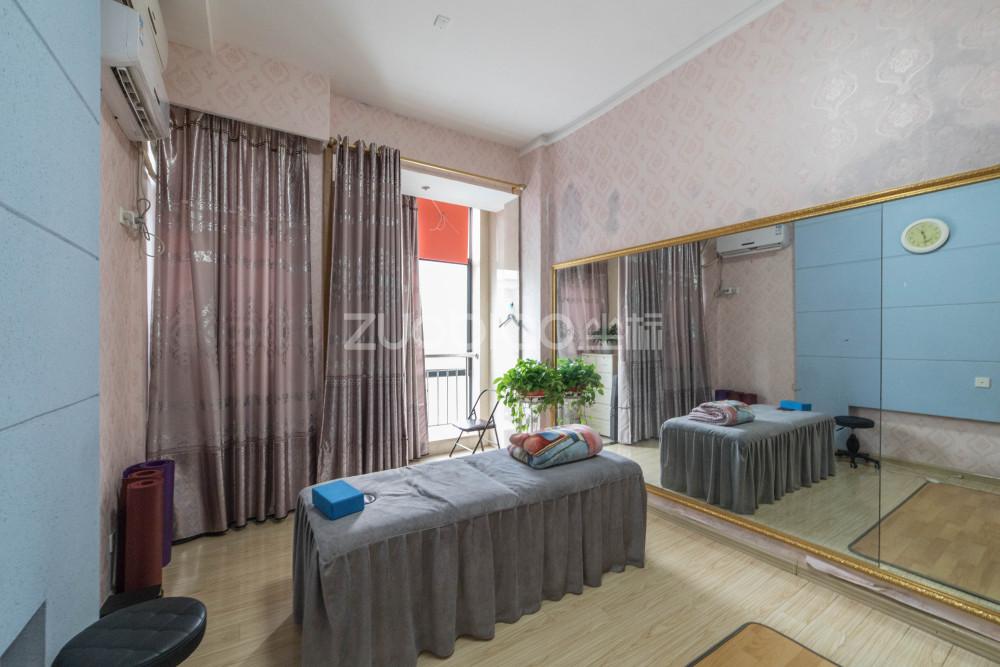 白金公寓 1室1厅 210万